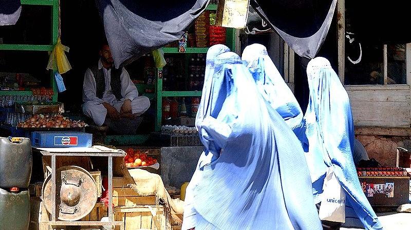 Foto: Kvinnor på en marknad i Parwanprovinsen, Afghanistan.  Källa: Wikimedia Commons.