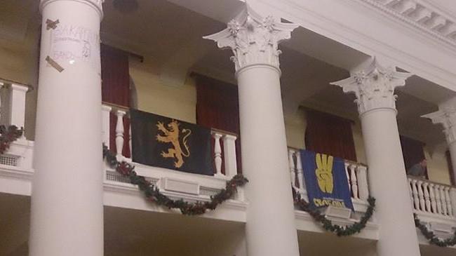 Flaggor från Nordisk Ungdom och Svoboda i en ockuperad byggnad. Foto: Nordisk Ungdom