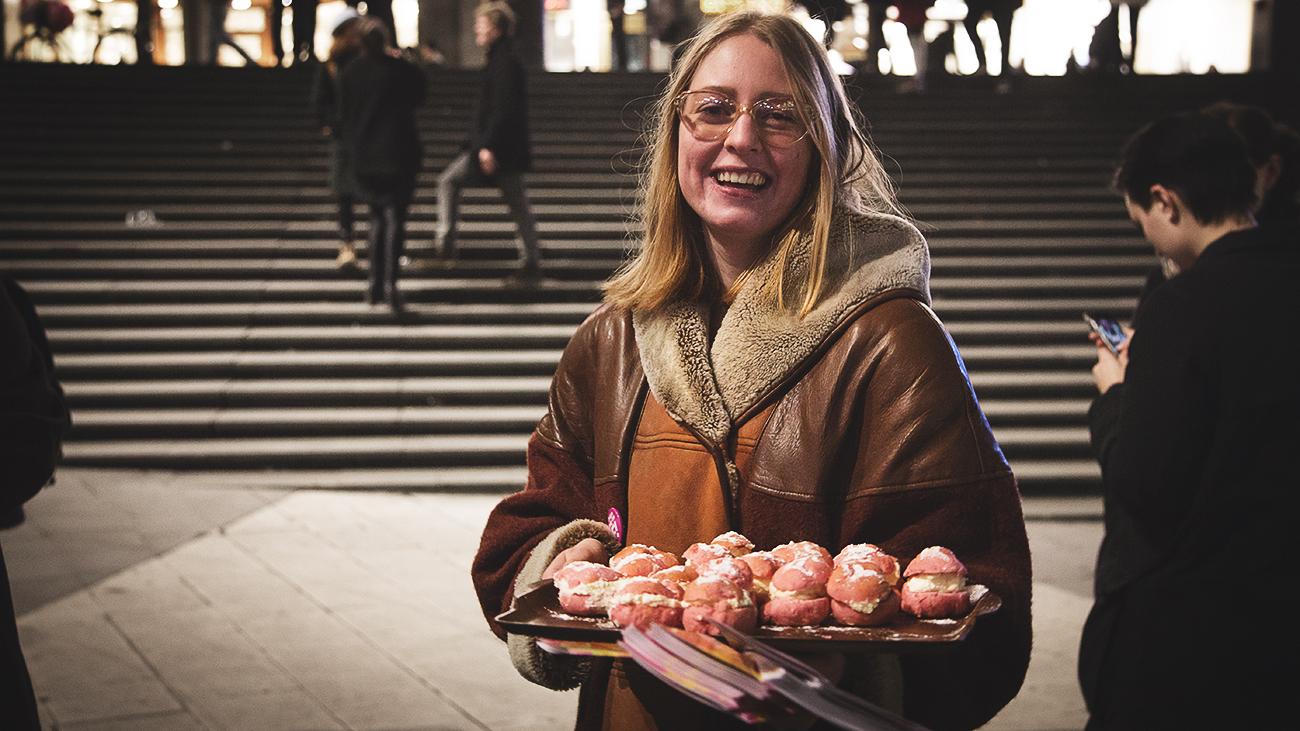 Små rosa feministiska tjejsemlor. Foto: Albin Lindstedt / Nyheter Idag