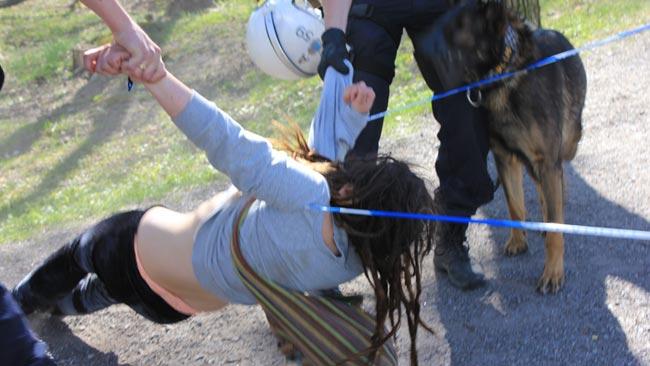 En tjej störde mötet, vägrade lyda polisens uppmaning och greps på platsen. Foto: Nyheter Idag
