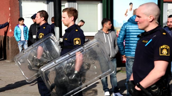Polis med teleskopbatonger och plexiglassköldar i Tensta Foto: Nyheter Idag