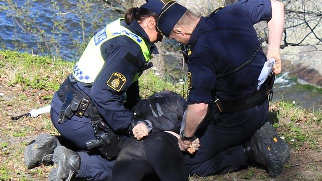 Polisen brottade ner en motdemonstrant som inte ville avlägsna sig - Foto: Nyheter Idag