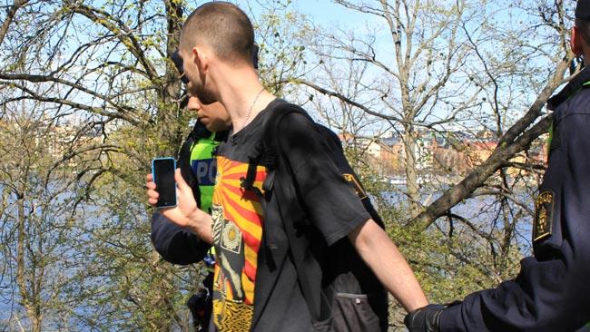 En till motdemonstrant blev omhändertagen av polis - Foto: Nyheter Idag