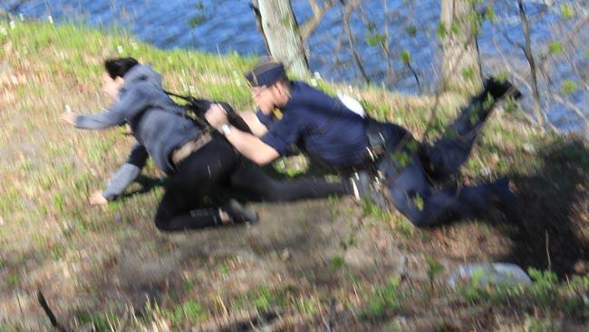 Det blev lite suddigt när vi fotade en polis som kastade sig efter en motdemonstrant - Foto: Nyheter Idag
