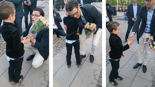 Alfons ger Jimmie blommor och en teckning med spindelmannen. Foto: mamma Izabella