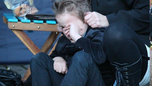 Alfons gråter efter att  mamma blivit misshandlad av antirasister - mitt framför ögonen på honom. Foto: Anina Laroma / Sverigedemokraterna