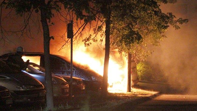 Här brinner en bil i Rinkeby, natten till måndagen. Foto: Nyheter Idag