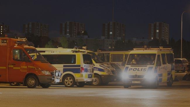 Poliser var samlade på flera ställen i området runt Husby inatt. Foto: Nyheter Idag