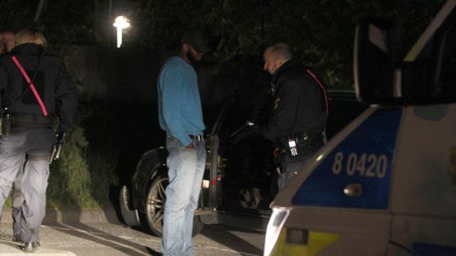 Polisen kollade upp en misstänkt bil i området, natten mot måndagen. Foto: Nyheter Idag
