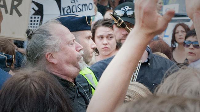 Vänsterpartiets Dror Feiler i motdemonstration mot SD. Foto: Sven Pernils