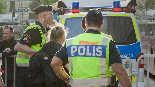 Här omhändertas vänsterpartiets Dror Feiler av polis. Foto: Sven Pernils