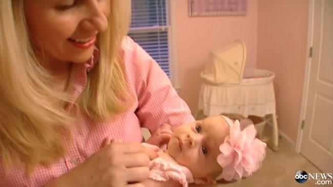 Edita och hennes nyfödda dotter. Foto: Faksimil ABC News