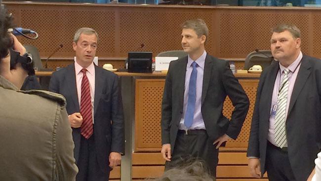 Nigel Farage till vänster och SDs Peter Lundgren till höger. Foto: Nyheter Idag