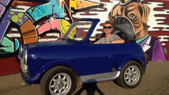 Så här glad blir man när man kör Sveriges minsta bil. Foto: Privat
