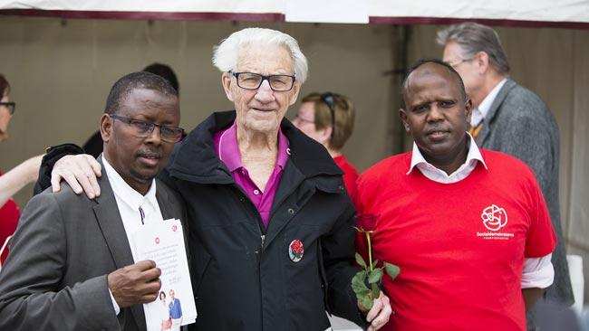 Här ser vi tre socialdemokrater på plats i Rinkeby. Foto: Nyheter Idag