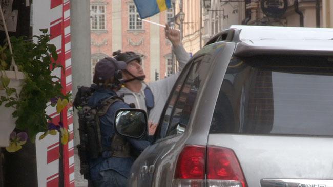 Två tungt beväpnade poliser står på Lilla Nygatan i Gamla stan. Foto: Chang Frick / Nyheter Idag