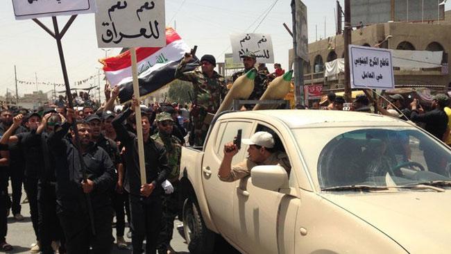 Milismännen höll i plakat på arabiska. Foto: Buzzfeed