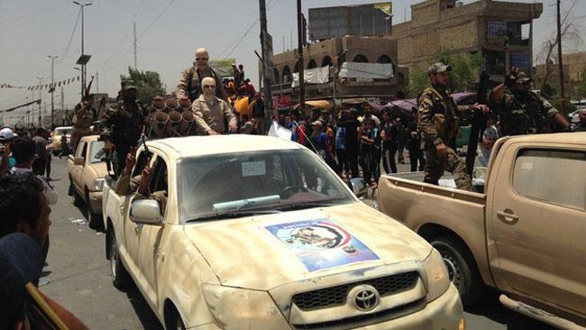 Milismännen stod på flaken på pickup-bilarna. Foto: Buzzfeed