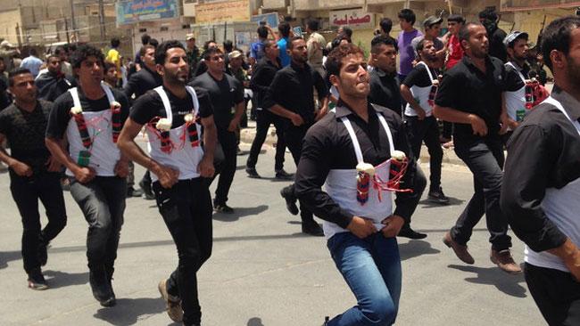 Milisen marscherar med bombbälte i Bagdad som en styrkedemonstration. Foto: Buzzfeed