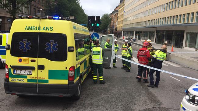 Ambulanspersonal på Sveavägen. Foto: Nyheter Idag