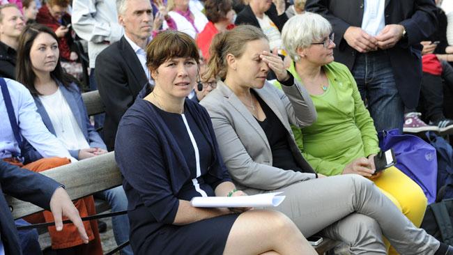 Åsa sitter framför scenen innan talet börjar. Foto: Sven Pernils / Nyheter Idag