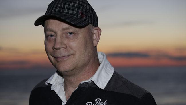 Robert Stenkvist poserar med sin keps. Foto: Nyheter Idag