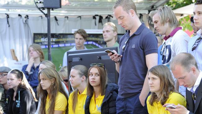 Flera medlemmar i SDU tittade på utfrågningen av Hamrén och Sundhage hos Tv4. Foto: Sven Pernils / Nyheter Idag