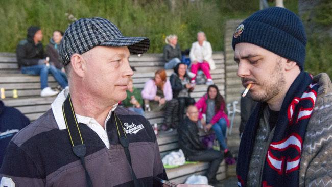 Här konfronteras Robert Stenkvist av Nyheter Idags reporter. Foto: Sven Pernils / Nyheter Idag