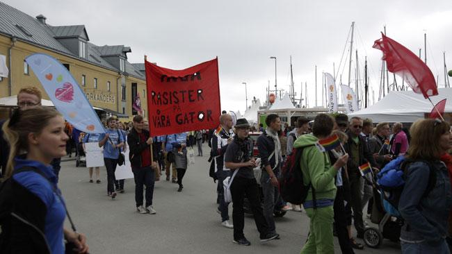 Moderaterna gick tillsammans med antirasisterna i tåget. Foto: Nyheter Idag