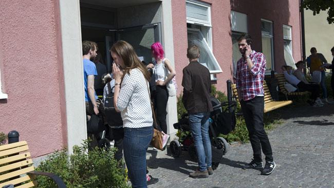 """Här står några människor utanför lokalen där """"Rummet"""" hade sitt arrangemang under Almedalsveckan. Foto: Sven Pernils / Nyheter Idag"""