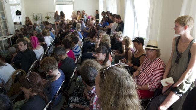 Det var gott om människor på plats, men Nyheter Idag blev ombedda att lämna lokalen. Foto: Sven Pernils / Nyheter Idag