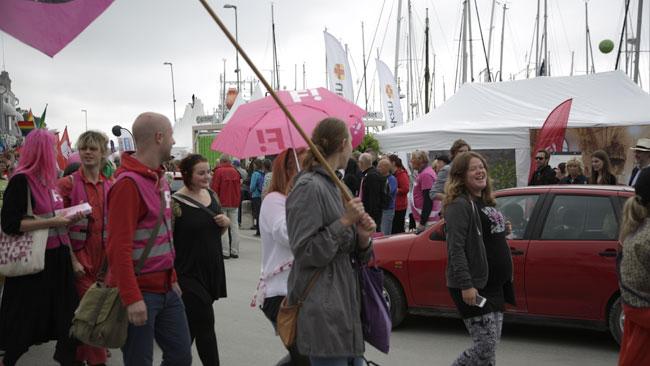 Feministerna marcherar i Visby. Foto: Nyheter Idag