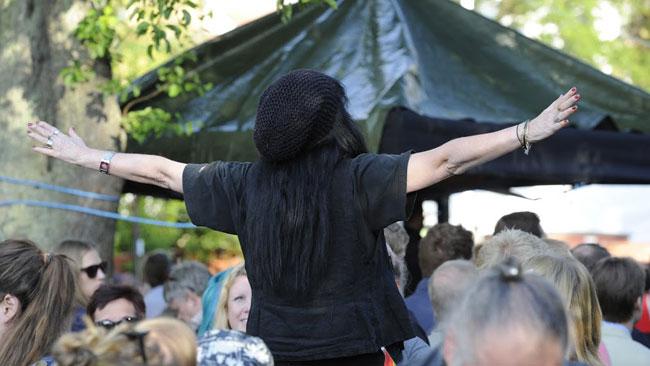 Även tårtkvinnan var på plats, dock inte som sympatisör. Foto: Sven Pernils / Nyheter Idag