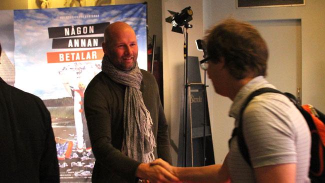 Det var många händer att skaka för Martin Borgs när hans dokumentär hade premiär. Foto: Chang Frick / Nyheter Idag