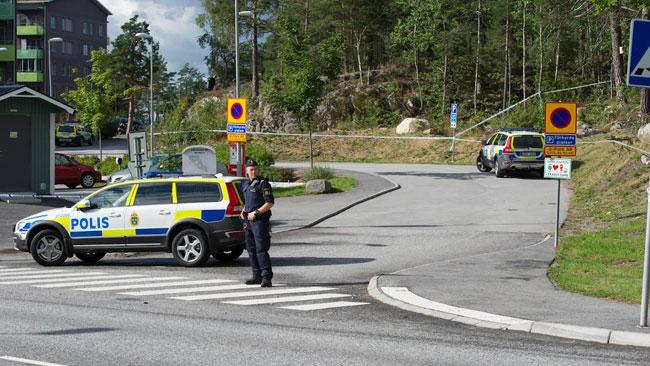 Polisen spärrade av i Tullinge. Foto: Sven Pernils / Nyheter Idag