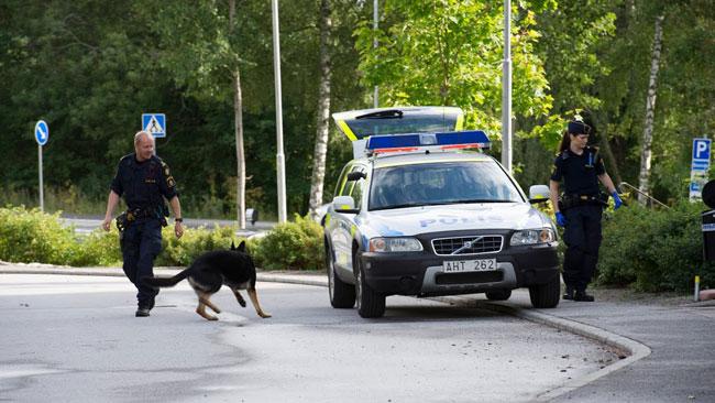 Det var flera poliser på plats efter mordet. Foto: Sven Pernils / Nyheter Idag