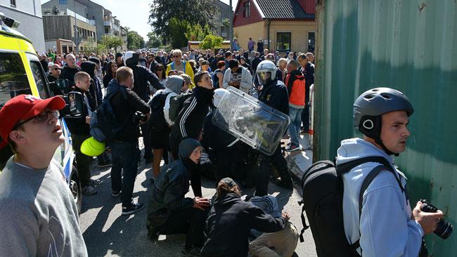 Polis och sjukvårdspersonal fick ingripa för att ta hand om skadade. Foto: Fritz Schibli / TOPNEWS.se