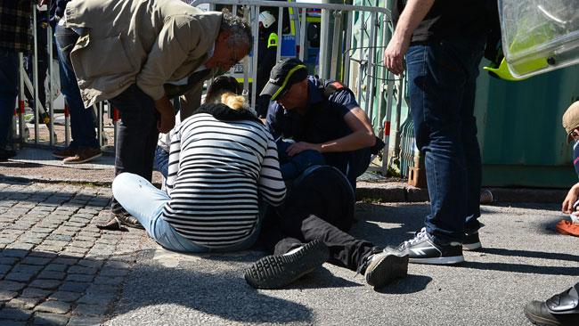 Har ligger en person på marken under tumultet i Malmö. Foto: Fritz Schibli / TOPNEWS.se