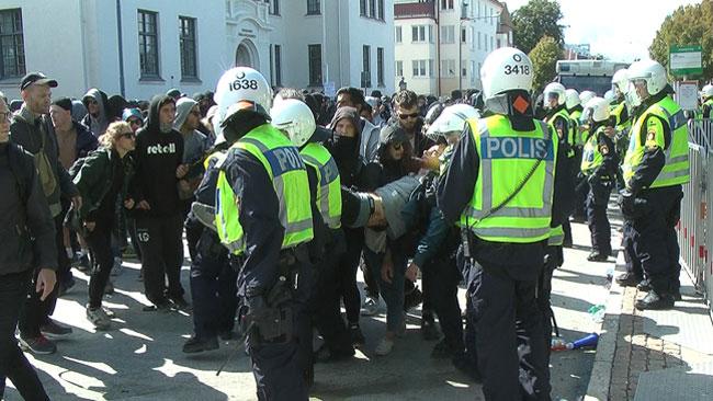 Flera har blivit gripna av polisen under tumultet. Foto: Fritz Schibli /  TOPNEWS.se
