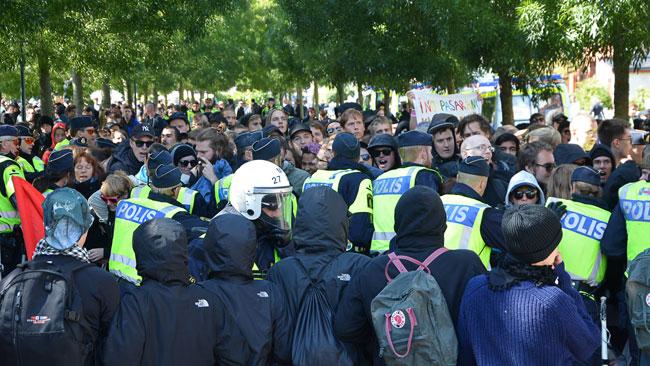 Flera gånger konfronterades polis med motdemonstranter. Foto: Fritz Schibli /  TOPNEWS.se