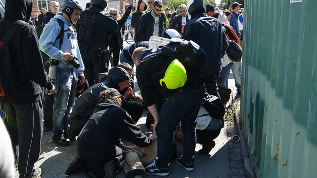 En del motdemonstranter skadades även under tumultet. Foto: Fritz Schibli / TOPNEWS.se