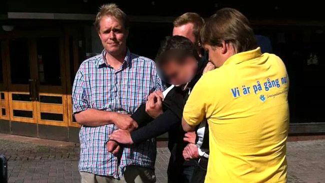 Det var totalt fyra stycken som höll tag i den misstänkta flaggtjuven. Foto: Privat