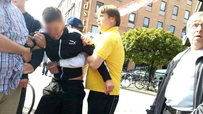Under tiden som han hölls fast ringde en person till polisen. Foto: Privat