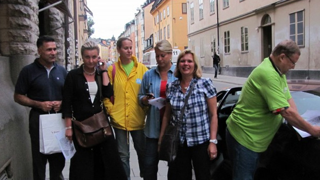 Tjejen i gul moderatjacka pekas ut som den aktuella tjänstemannen Caroline Karlsson. Foto: moderaterna.net
