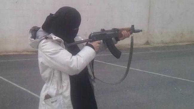 """Här poserar """"Faten umm Fidah"""" med automatvapen. Foto: Facebook"""