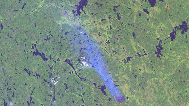Brandrökens utsträckning i ljusblått. Foto: Landsat 8, NASA/USGS. Bearbetning Metria.