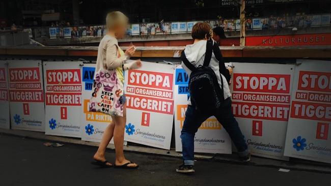 Här försöker de rycka loss affischerna. Foto: Hanna Lindholm