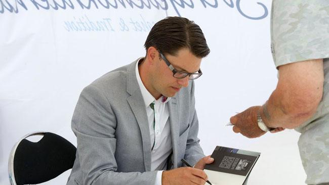 Här signerar Åkesson sin bok efter talet. Foto: Sven Pernils / Nyheter Idag