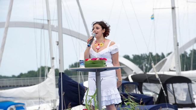 Paula Bieler sjunger från scenen innan Åkessons sommartal. Foto: Sven Pernils / Nyheter Idag