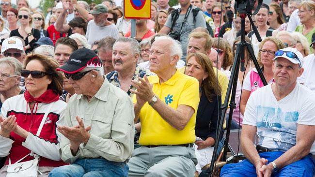 Flera gånger applåderade publiken under sommartalet. Foto: Sven Pernils / Nyheter Idag